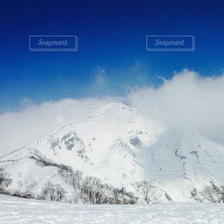雪に覆われた山の写真・画像素材[1404015]