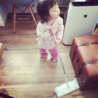 床にキレイにしている娘。ただ、何かに気を取られてます。の写真・画像素材[1486764]