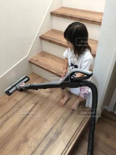 掃除機をかける娘。の写真・画像素材[1486777]
