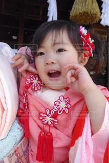 小さな女の子が携帯電話で話しています。の写真・画像素材[1589089]