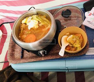 テーブルの上の皿の上に食べ物のボウルの写真・画像素材[1693729]