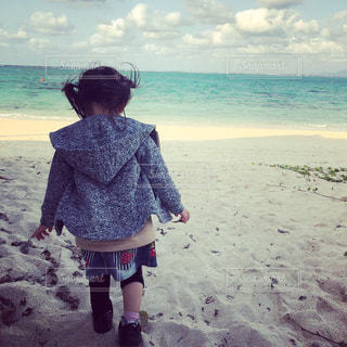 子ども,自然,風景,海,空,ビーチ,散歩,水面,海岸,少女,人物,人,浜辺,お散歩,非日常