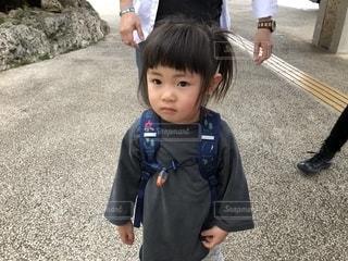 駐車場に立っている小さな男の子の写真・画像素材[2285988]
