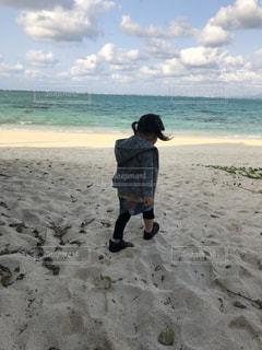 砂浜の上に立つ人の写真・画像素材[2328768]
