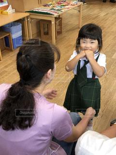 部屋に立っている小さな女の子の写真・画像素材[2437066]