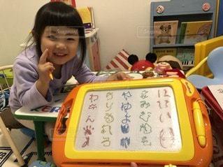 子ども,屋内,室内,幼児,勉強,自宅,自習,学習,字を書く,自宅学習