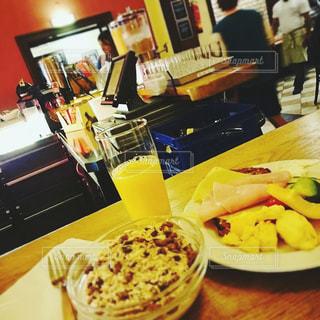 テーブルの上に食べ物のプレート - No.901895
