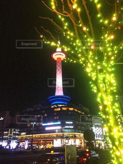 夜のライトアップされた街の写真・画像素材[907845]
