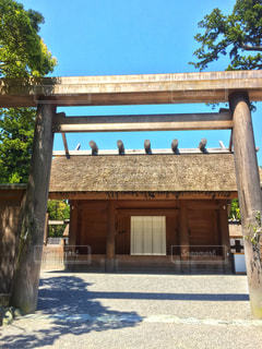 建物の前に木製のベンチの写真・画像素材[920996]