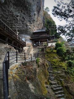 背景の山の橋は、石造りの建物の写真・画像素材[921001]