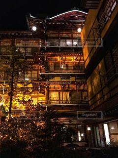夜のライトアップされた街 - No.921011