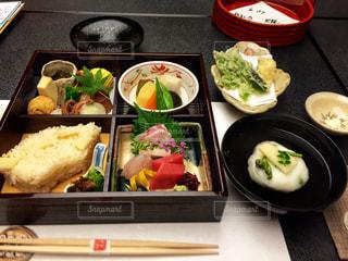 テーブルの上に食べ物の種類でいっぱいのボックス - No.931573