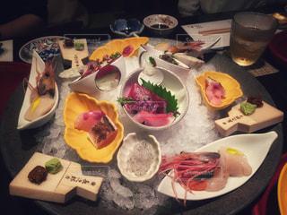 テーブルの上に食べ物のプレートの写真・画像素材[931575]