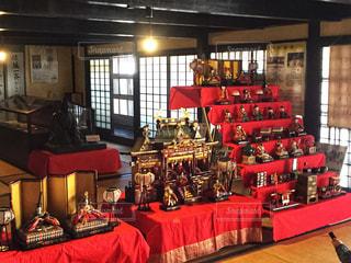 赤いテーブルや家具でいっぱいの部屋の写真・画像素材[931576]