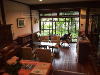 リビング ルームの家具と大きな窓いっぱいの写真・画像素材[931586]