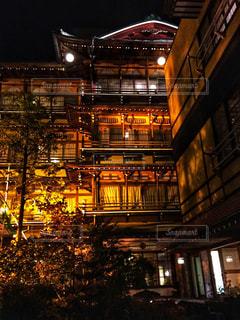 夜のライトアップされた街の写真・画像素材[1020369]