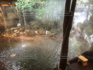 ウィンドウの横に水します。の写真・画像素材[1023691]