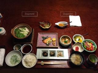 テーブルの上に食べ物のトレイの写真・画像素材[1024781]