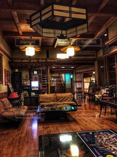 リビング ルームの家具と暖炉でいっぱいの写真・画像素材[1024786]