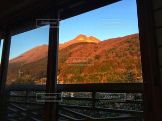 山の窓からの眺めの写真・画像素材[1024795]