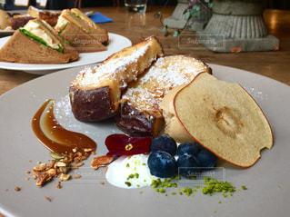 テーブルの上に食べ物のプレート - No.774617