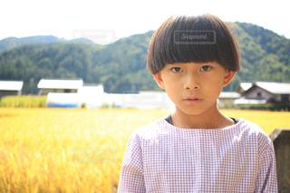 黄色のシャツを着ている少年の写真・画像素材[902456]