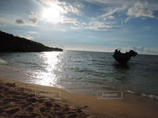 水の体の近くのビーチの人々 のグループの写真・画像素材[903930]