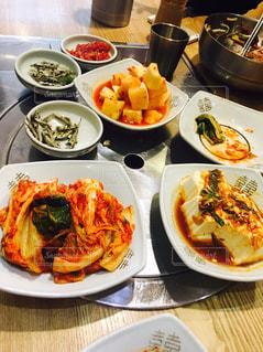 韓国のビビンバ頼んだ後に来た付け合わせ、量多いけど美味しいから取り合いの写真・画像素材[916374]