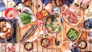 テーブルの上に食べ物の種類の束 - No.903297