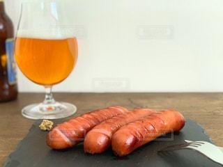 フォーク,ナイフ,ビール,ソーセージ,ジューシー,肉汁,家飲み,ボリューム,あつあつ,ビールグラス,おうち飲み,ジョンソンヴィル