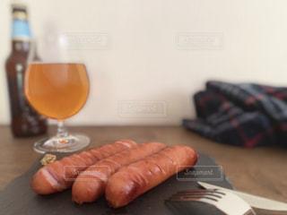 フォーク,ナイフ,ビール,美味しい,ソーセージ,ジューシー,肉汁,家飲み,ボリューム,あつあつ,ビールグラス,おうち飲み,ジョンソンヴィル