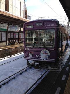 電車の駅で停止した乗用車バス - No.917264
