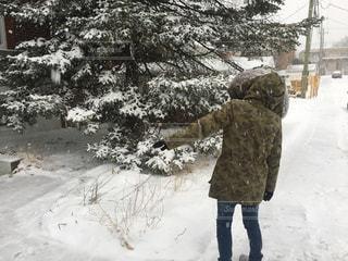 雪の中に立っている男の人の写真・画像素材[917023]