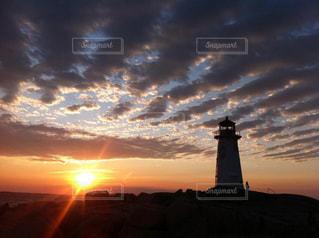 バック グラウンドで夕焼けの塔の写真・画像素材[962073]