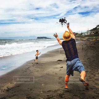 お父さんと砂浜での写真・画像素材[953089]