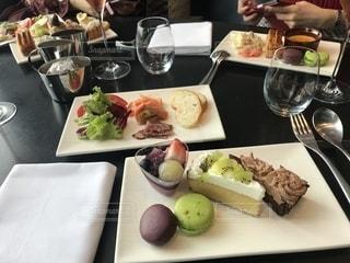 テーブルの上に食べ物のプレートの写真・画像素材[1652348]