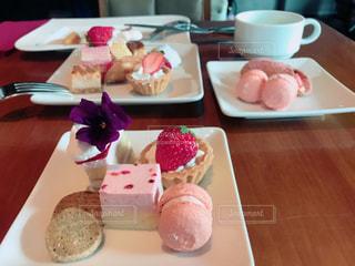 皿の上のケーキを持つテーブルの写真・画像素材[1769771]