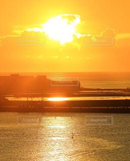 夏の夕日の写真・画像素材[956511]