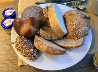 山盛り欧風パンの朝食の写真・画像素材[1144803]