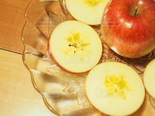 テーブルの上にスライスしたリンゴの写真・画像素材[919845]