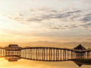 水の体以上の長い橋の写真・画像素材[1032772]