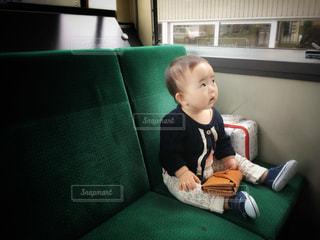 ソファに座って男の子の写真・画像素材[1285754]
