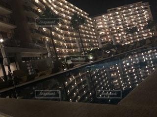 夜にライトアップされた建物の写真・画像素材[2716698]
