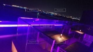 暗い部屋の紫色の光の写真・画像素材[2716714]
