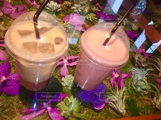 紫色の花を咲かせたカップの写真・画像素材[2734948]