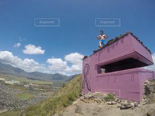 背景の山と建物の写真・画像素材[956330]