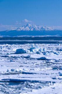 近く雪に覆われた山 - No.907172