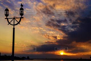 日没の前にトラフィック ライトの写真・画像素材[907179]