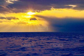 水の体に沈む夕日の写真・画像素材[907188]