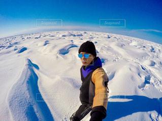 雪をスノーボードに乗る男覆われた斜面の写真・画像素材[907189]